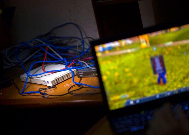 Foto de archivo del 4 de enero de 2015, una computadora, modem y cables de red intranet que le pertenecen a Rafael Antonio Broche Moreno están en su escritorio en su casa en La Habana, Cuba. (AP Foto/Ramon Espinosa, Archivo)