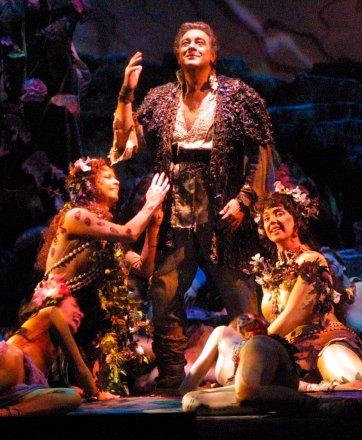 """En esta imagen de archivo del lunes 26 de marzo de 2001, Plácido Domingo aparece rodeado de actrices vestidas como doncellas-flores mientras interpreta el papel protagonista en """"Parsifal"""", durante un ensayo de vestuario en la Ópera Metropolitana de Nueva York. Foto: Stuart Ramson / AP / Archivo."""