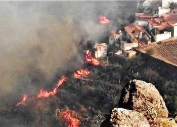 En esta foto difundida por el cabildo de Gran Canaria se ve un incendio cerca de unas casas en El Rincón, en la isla de España, el domingo 18 de agosto de 2019. Foto: Cabildo de Gran Canaria vía AP.