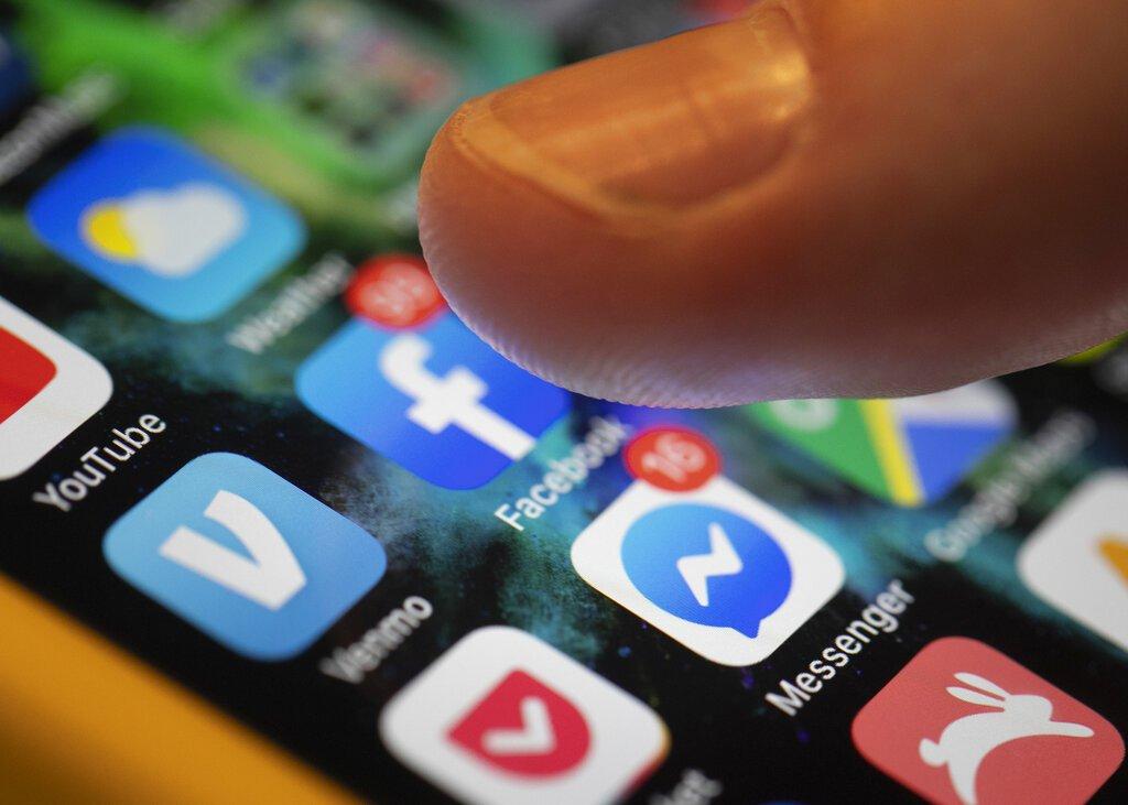 En esta foto del domingo 11 de agosto de 2019 se observan las aplicaciones para Facebook y Messenger en un iPhone en Nueva Orleans. Foto: Jenny Kane / AP.
