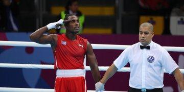 El boxeador cubano Julio César La Cruz (i) de Cuba celebra su triunfo en la final de los 81 kg en los Juegos Panamericanos de Lima 2019. Foto: Martín Alipaz / EFE.