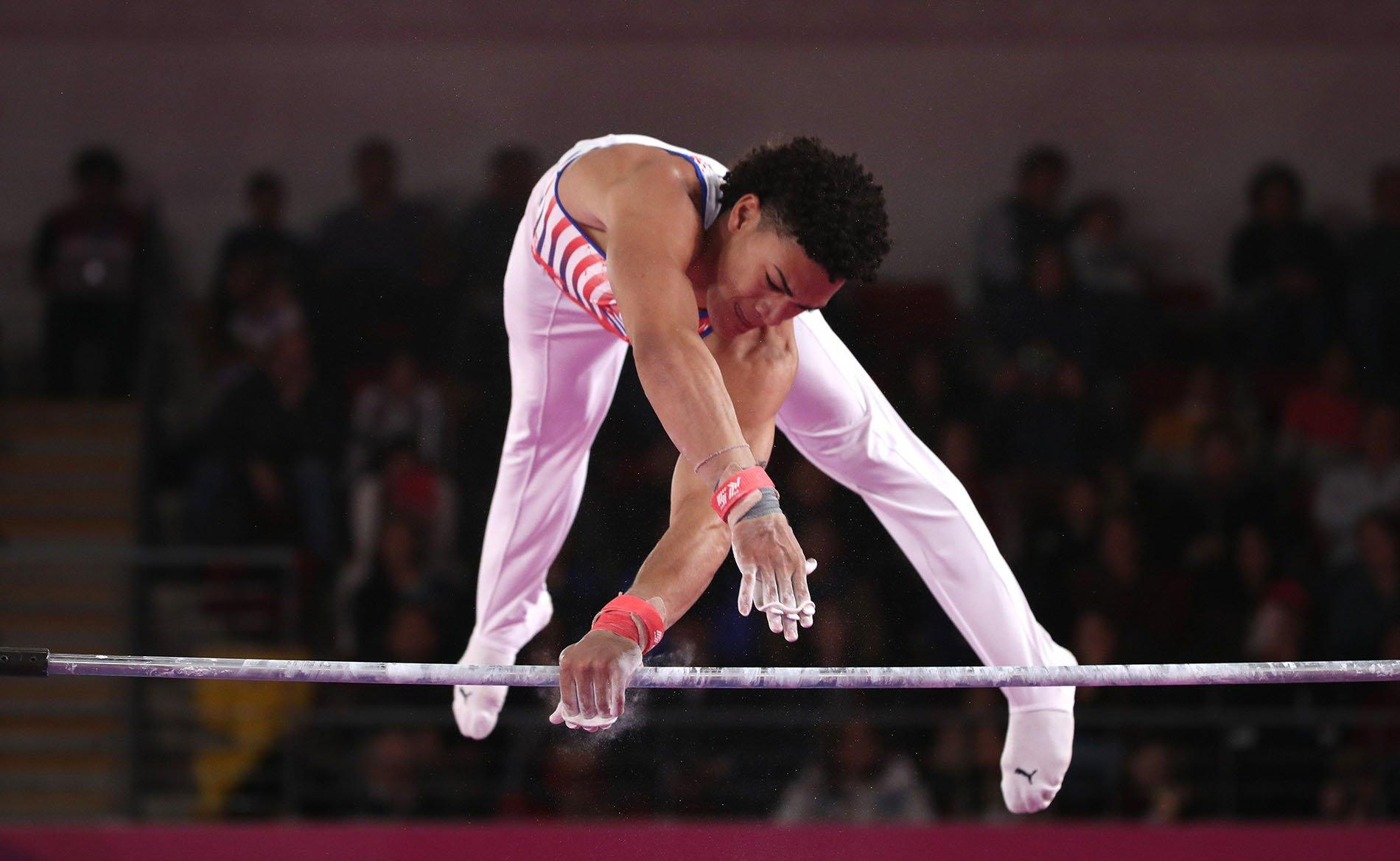 El cubano Huber Godoy en la final de barra fija de gimnasia artística de los Juegos Panamericanos Lima 2019, en Lima, en la que logró una inesperada medalla de bronce. Foto: Orlando Barría / EFE.