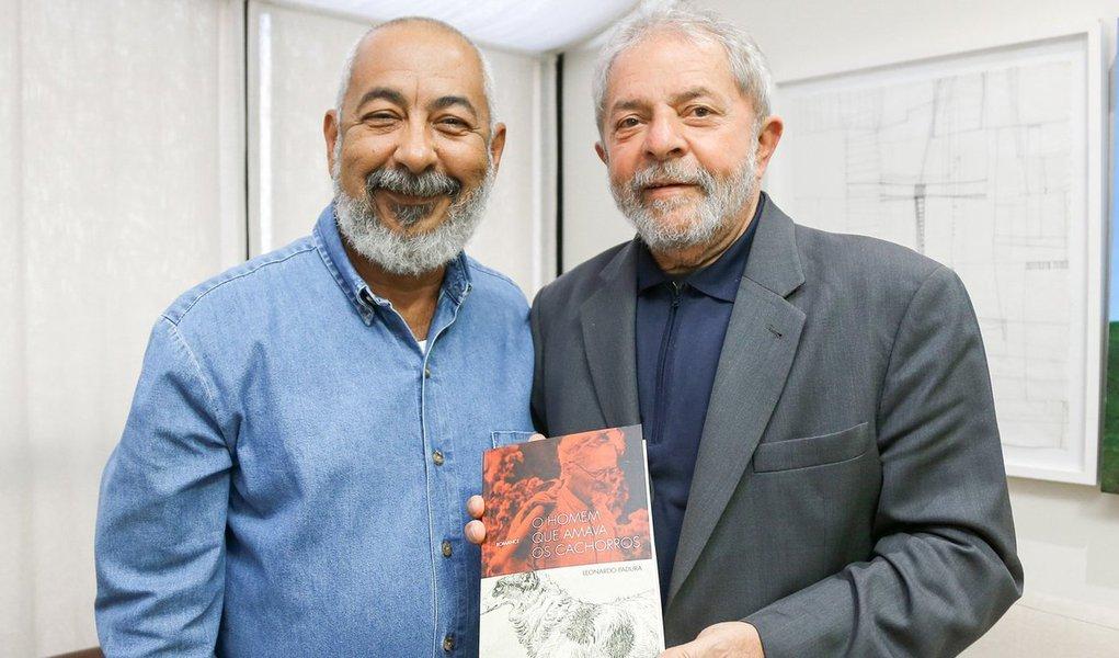 """Au cours de la réunion, Padura a remis à Lula da Silva un exemplaire de l'édition portugaise de """"L'homme qui aimait les chiens"""".  Photo: Ricardo Stucker"""