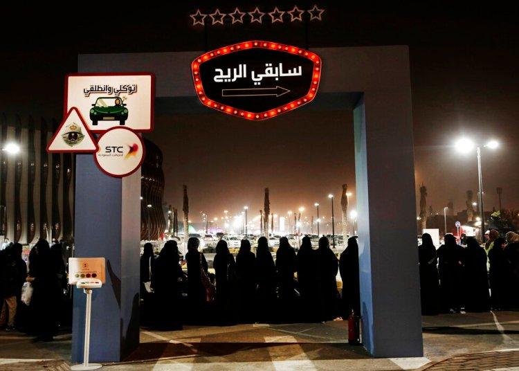 En esta imagen de archivo, tomada el 22 de junio de 2018, mujeres esperan en fila para subirse a karts en un acto de seguridad vial para mujeres en el Park Mall de Riad, en Arabia Saudí. Foto: Nariman El-Mofty / AP / Archivo.