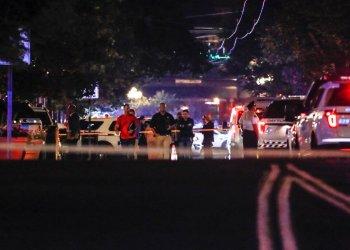 Autoridades trabajando en el lugar de un tiroteo masivo, el domingo 4 de agosto de 2019 en  Dayton, Ohio.  Foto: John Minchillo/ AP.