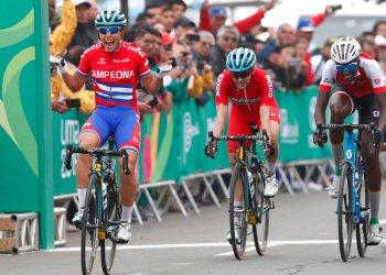 La cubana Arlenis Sierra festeja tras obtener el oro, seguida de Teniel Campbell, de Trinidad y Tobago, y Ariadna Gutiérrez, de México, en el ciclismo de ruta de los Juegos Panamericaos de Lima, el sábado 10 de agosto de 2019. Foto: Juan Karita/AP.
