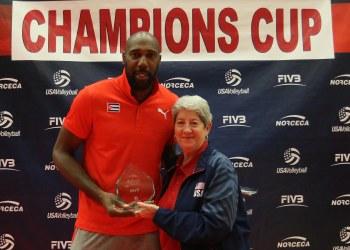 El cubano Robertlandy Simón es premiado como el MVP en la Copa de Campeones de Norceca, celebrada en Colorado Springs, Estados Unidos. Foto: norceca.net