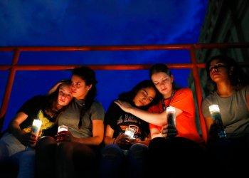 De izquierda a derecha, Melody Stout, Hannah Payan, Aaliyah Alba, Sherie Gramlich y Laura Barrios se consuelan unas a otras durante una vigilia por las víctimas del tiroteo del sábado 3 de agosto de 2019 en El Paso, Texas. Foto: John Locher/ AP.