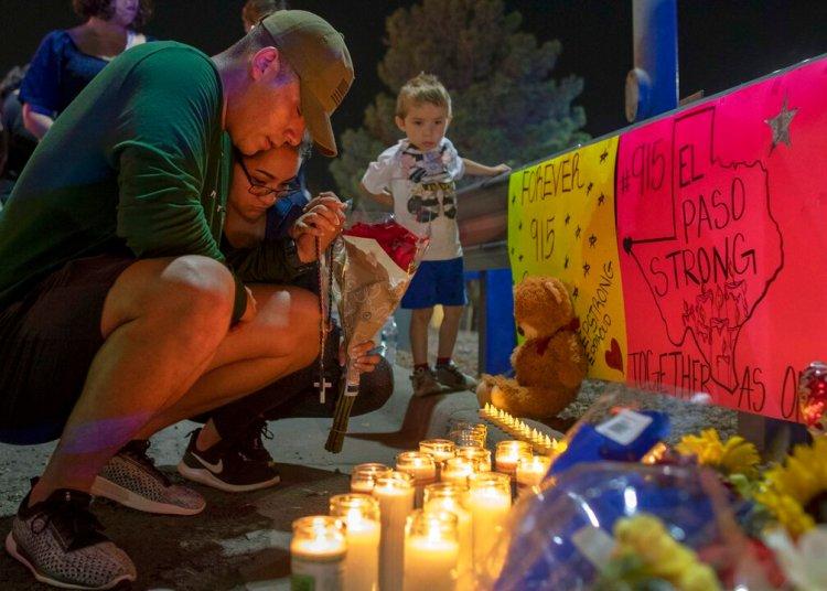 Personas rezan en un memorial para las víctimas de un tiroteo en El Paso, Texas, el domingo 4 de agosto de 2019. Foto: Andres Leighton / AP.