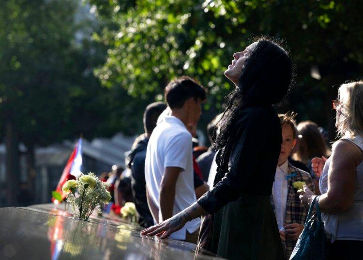 Una mujer arriba a la ceremonia por el 18 aniversario de los ataques del 11 de septiembre de 2001 en el Monumento Nacional 11 de Septiembre, Nueva York, miércoles 11 de septiembre de 2019. Foto: Mark Lennihan / AP.