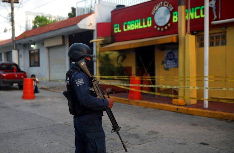 Un agente de policía custodia el exterior de un bar donde fallecieron más de una veintena de personas luego de un ataque nocturno, en Coatzacoalcos, México, el 28 de agosto de 2019. (AP Foto/Félix Márquez)