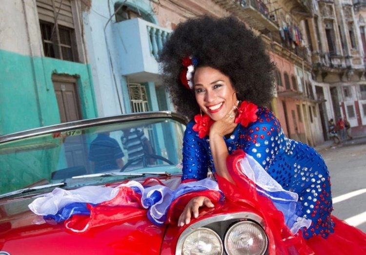 """Con estas palabras compartió Aymee Nuviola en su cuenta de Facebook esta foto el pasado 8 de septiembre: """"Con los colores de mi bandera, que es hermosa, con La Habana a mis espaldas y en mis espaldas , porque la llevo cargada a donde quiera que voy , porque tengo mi cubania tatuada en el corazón y eso nadie me lo puede quitar , ciudadana cubana porque Dios me dio ese derecho, cuando me puso a nacer en """"La tierra más linda que ojos humanos han visto""""."""