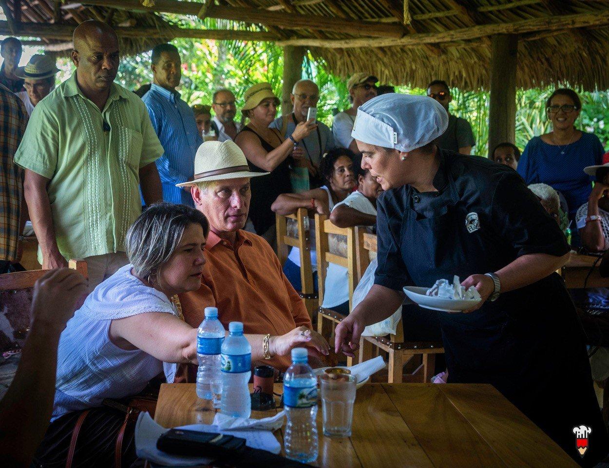 El presidente cubano Miguel Díaz-Canel y su esposa Lis Cuesta en una degustación culinaria en el Mercado de la Tierra realizado en la finca privada Vista Hermosa, en la periferia de La Habana, el 29 de septiembre de 2019. Foto: Cubapaladar.