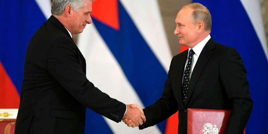 Los presidentes de Cuba, Miguel Díaz-Canel, y Rusia, Vladimir Putin, durante la visita del mandatario cubano a Moscú. Foto: AP / Archivo.
