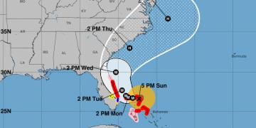 El cono de impacto del huracán Dorian este domingo a la 5PM. Imagen: NHC/NOAA.