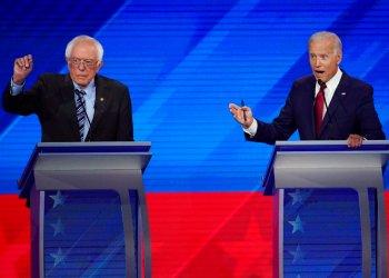 El senador independiente Bernie Sanders, izquierda, y el ex vicepresidente Joe Biden, derecha, hablan el jueves en un debate presidencial demócrata en la Universidad Texas Southern en Houston el jueves, 12 de septiembre del 2019 . Foto: David J. Phillip/ AP.