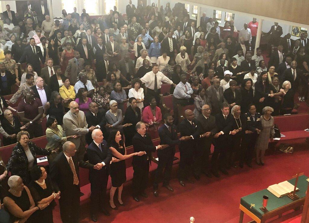 El precandidato demócrata a la presidencia Joe Biden, izquierda, se une a la congregación de la Iglesia Bautista de la Calle 16, en Birmingham, Alabama, el domingo 15 de septiembre de 2019. Foto: Bill Barrow / AP.
