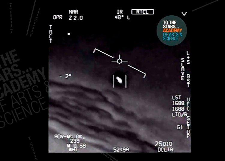 Esta imagen sin fecha tomada de un video grabado por un avión de la Marina de EEUU y divulgado por The Stars Academy of Arts & Science muestra un objeto no identificado moviéndose cerca del avión en el aire. Foto: The Stars Academy of Arts & Science vía AP.