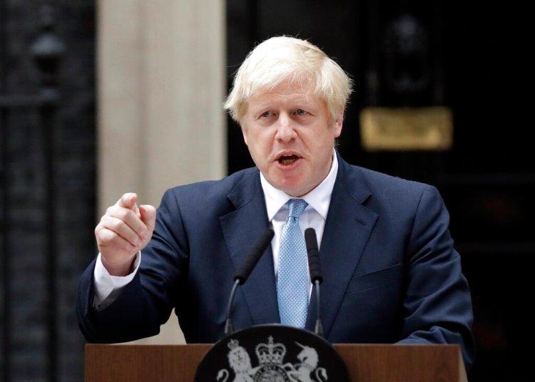 El primer ministro británico, Boris Johnson, habla con los medios delante de su residencia oficial en Londres, el lunes 2 de septiembre de 2019. (AP Foto/Matt Dunham)