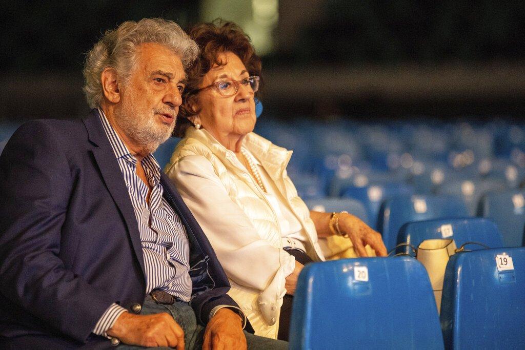 En esta imagen de archivo, tomada el 27 de agosto de 2019, Plácido Domingo y su esposa Marta observan un ensayo de la gala de inauguración de un estadio de fútbol y un complejo juvenil para la diócesis católica de la ciudad de Szeged, Hungría, un día antes del evento. Foto: Tibor Rosta/MTI vía AP.