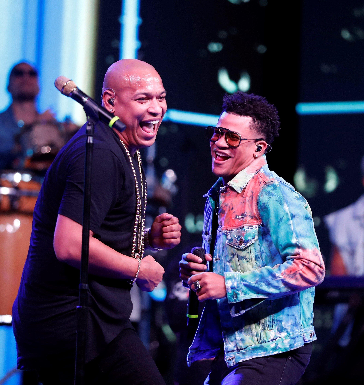 Alexander Delgado (i) y Randy Malcom contagiaron con su energía al público presente en su concierto del Malecón de La Habana, el sábado 7 de septiembre de 2019. Foto: Ernesto Mastrascusa / EFE.