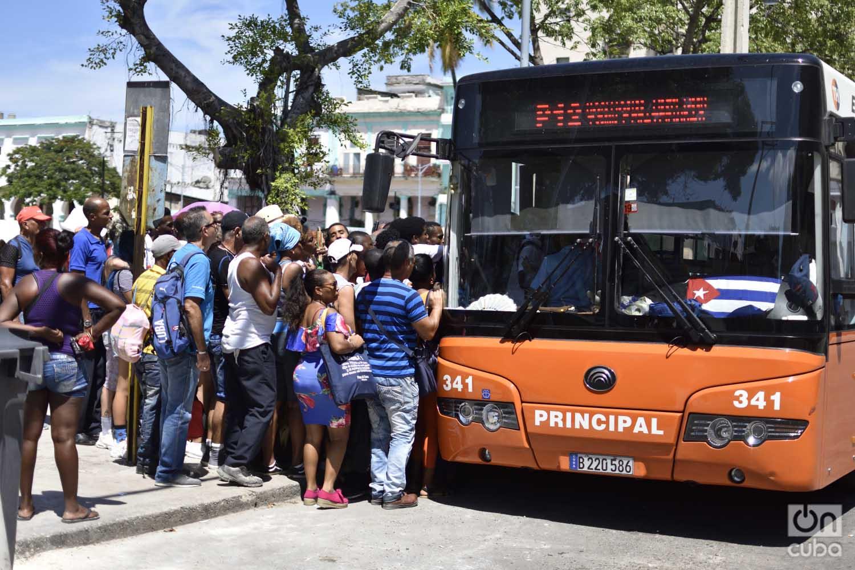 Image result for paradas de Guagua en La Habana crisis de transporte