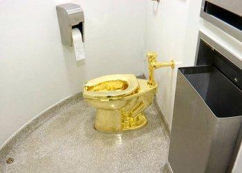 """Imagen tomada de un video del 16 de septiembre de 2016 que muestra un inodoro de oro puro de 18 quilates, titulado """"América"""", de Mauricio Cattelan, en el baño del museo Solomon R. Guggenheim de Nueva York. El inodoro, valuado en 1 millón de dólares, fue robado del Palacio Blenheim, en Inglaterra, donde formaba parte de una exposición. Foto: AP / Archivo."""