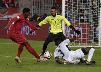 El delantero canadiense Jonathan David (izq) anota el segundo gol de Canadá ante Cuba en la apertura de la Liga de las Naciones de fútbol en Toronto, el sábado 7 de septiembre de 2019. Foto: concacafnationsleague.com