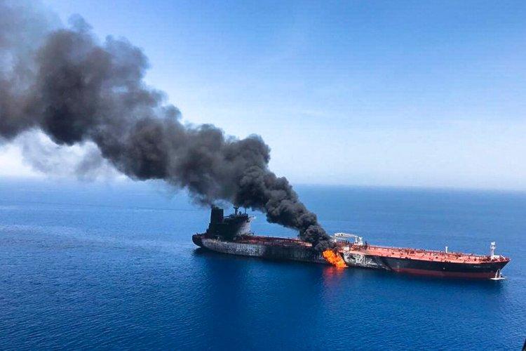 Fotografía de archivo del 13 de junio de 2019 de un petrolero en llamas en el golfo de Omán. Foto: ISNA / AP / Archivo.