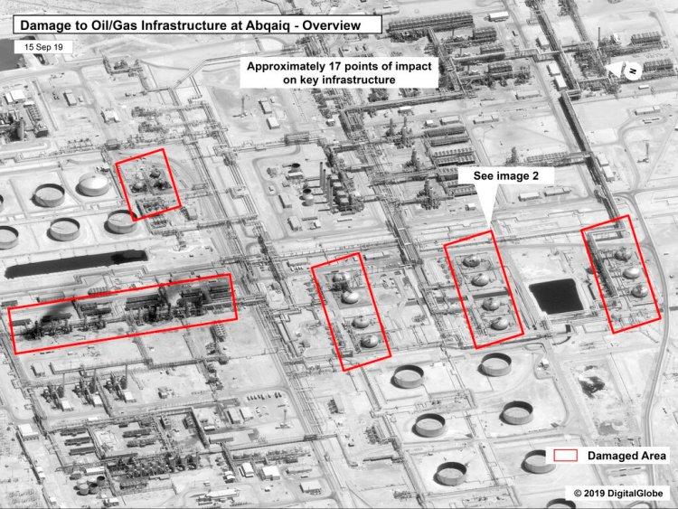 Esta imagen proporcionada el domingo 15 de septiembre de 2019 por el gobierno estadounidense y DigitalGlobe, con anotaciones realizadas por la fuente, muestra daños en la infraestructura de la planza saudí de procesamiento de crudo Abaqaiq de la compañía Aramco, en Buqyaq, Arabia Saudí. Foto: Gobierno de EEUU/Digital Globe vía AP.