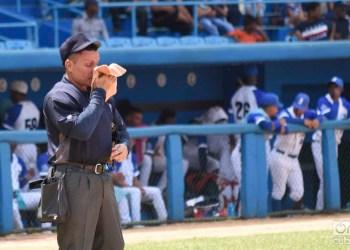El árbitro de home se seca el sudor durante un partido de béisbol de la 59 Serie Nacional, en el estadio Latinoamericano de La Habana. Foto: Otmaro Rodríguez.