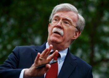 En esta imagen del 1 de mayo de 2019, el asesor de seguridad nacional John Bolton habla con reporteros afuera de la Casa Blanca, en Washington. (AP Foto/Evan Vucci)