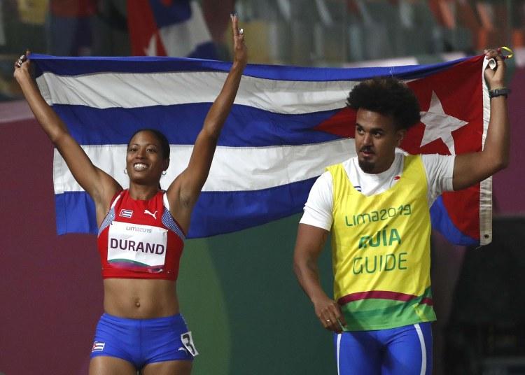 Omara Durand (i) de Cuba celebra junto a su guía Yunior Kindelán tras ganar la final 100m categoría T12 en los Juegos Parapanamericanos Lima 2019. Foto: Paolo Aguilar / EFE.