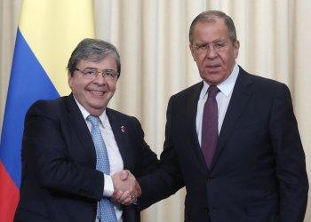 El ministro de Asuntos Exteriores de Rusia, Serguei Lavrov posa en Moscú junto con el canciller colombiano Carlos Holmes Trujillo en junio pasado. Foto: AP.