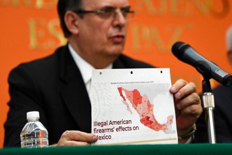 El canciller mexicano Marcelo Ebrard sostiene un gráfico mientras habla durante una conferencia de prensa en la embajada de México en Washington el martes 10 de septiembre de 2019. (AP Foto/Susan Walsh)