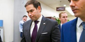 El senador republicano Marco Rubio, izquierda, se dirige al recinto del Senado, Washington, 24 de septiembre de 2019. Foto: Alex Brandon/AP.