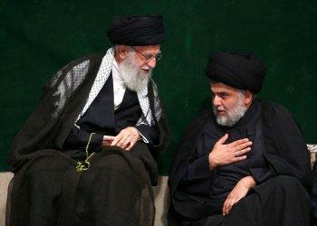 En esta imagen distribuida por el sitio oficial de la oficina del líder supremo de Irán, el ayatolá Ali Jamenei (izquierda), habla con el clérigo chií iraquí Muqtada al-Sadr durante una ceremonia por la Ashoura, que conmemora el aniversario de la muerte de Hussein, el nieto del profeta Mahoma, en Teherán, Irán, el 10 de septiembre de 2019. Foto: Oficina del líder supremo de Irán vía AP.