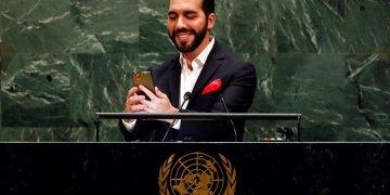 El presidente de El Salvador Nayib Bukele se toma un selfie al comenzar su discurso ante la Asamblea General de las Naciones Unidas el 26 de septiembre del 2019. (AP Photo/Richard Drew)