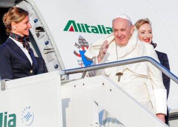 El Papa Francisco saluda mientras aborda un avión en su camino a Maputo, Mozambique, en el aeropuerto internacional de Roma. Foto: Andrew Medichini/AP.