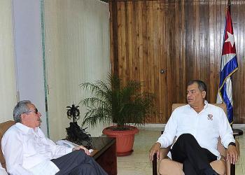 Los expresidentes de Cuba, Raúl Castro (izq), y de Ecuador, Rafael Correa (der), en un encuentro entre ambos en La Habana, el 13 de septiembre de 2019. Foto: Estudios Revolución / Granma.