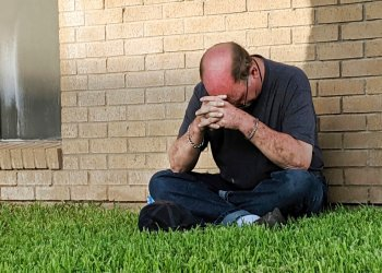Un hombre reza ante la unidad de urgencias del Medical Center Hospital en Odessa, Texas, el sábado 31 de agosto de 2019 tras un tiroteo en la zona de Odessa y Midland, en el oes de Texas. (Mark Rogers/Odessa American via AP)