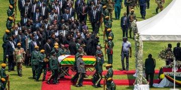 El féretro del expresidente Robert Mugabe, cubierto por la bandera nacional y seguido por familiares y dignatarios, llega para un funeral de Estado al Estadio Nacional Deportivo en Harare, Zimbabue, el sábado 14 de septiembre de 2019. Foto: Ben Curtis / AP.