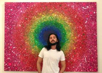 El pintor cubano Alberto Lago con una de sus obras. Foto: Perfil de Facebook del artista.
