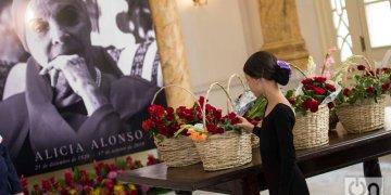 Una estudiante de ballet coloca una flor en homenaje a Alicia Alonso durante las honras fúnebres de la legendaria bailarina y coreógrafa cubana, realizadas en el Gran Teatro de La Habana, el sábado 19 de octubre de 2019. Foto: Otmaro Rodríguez.