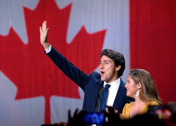 El líder del Partido Liberal, Justin Trudeau, y su esposa, Sophie Gregoire Trudeau, saludan sobre el escenario tras conocer los resultados de las elecciones, en la sede de la formación, en Montreal, el 21 de octubre de 2019. Foto: Ryan Remiorz/AP