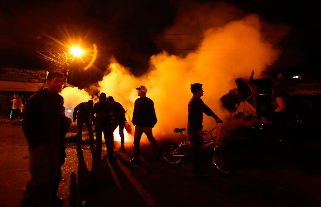 Manifestantes contrairos al gobierno cortan una calle con neumáticos en llamas en Quito, Ecuador, el lunes 7 de octubre de 2019. Foto: Dolores Ochoa / AP.