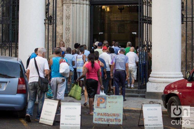 Cubanos hacen cola en las afueras de una sucursal del Banco Metropolitano en el centro histórico de La Habana. Foto: Otmaro Rodríguez.