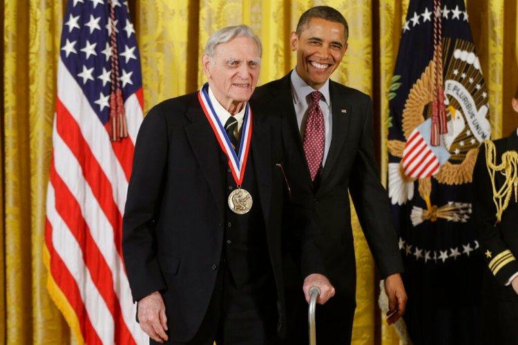 En esta imagen de archivo del viernes 1 de febrero de 2013, el presidente de Estados Unidos, Barack Obama, entrega la Medalla Nacional de la Ciencia al doctor John Goodenough, de la Universidad de Texas, durante una ceremonia en la Casa Blanca, en Washington. Foto: Charles Dharapak / AP / Archivo.