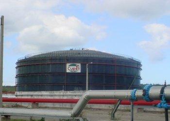 Un almacén de la refinería Ñico López, en La Habana. Foto: AP