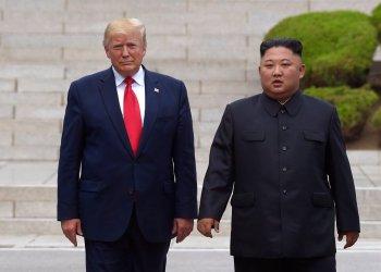 En esta imagen de archivo del 30 de junio de 2019, el presidente de Estados Unidos, Donald Trump, a la izquierda, se reúne con el líder norcoreano Kim Jong Un en el lado norcoreano de la fronter en la localidad de Panmunjom, en la Zona Desmilitarizada. Foto: Susan Walsh / AP / Archivo.